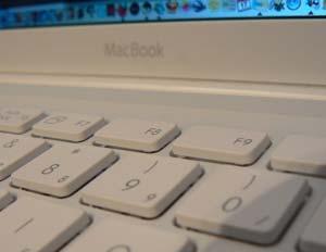 MacBook mit Klammerauffälligkeiten