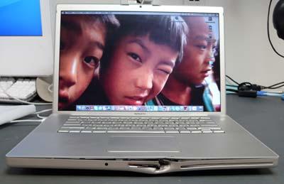 MacBook Pro mit Einschussloch
