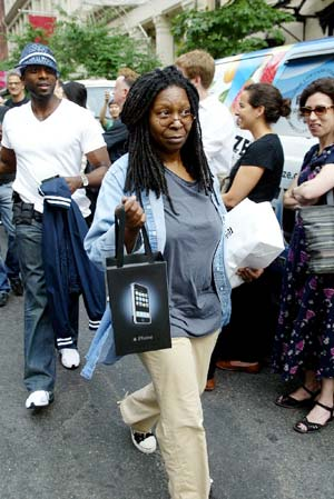 Whoopi Goldberg mit iPhone